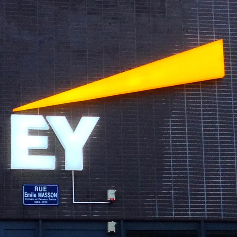 Enseigne logo lumineuse EY Nantes